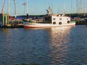 image of commercial fishing boat in Gimli Harbour